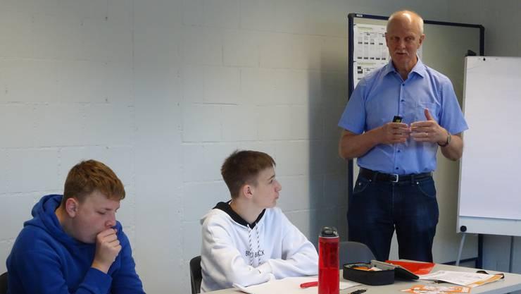 Marco (links) und Jonas lauschen den Ausführungen von Herr Weber, dem Lernendenbetreuer.