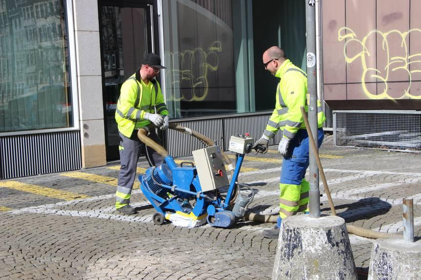 Die Message ist eindeutig: Hier dürfen Motorrad und Auto nicht mehr abgestellt werden. Die weissen Farbstriche der ehemaligen Parkplätze sind bald nicht mehr zu sehen.