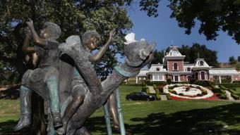 HANDOUT - Eine Bronzeskulptur auf dem Gelände von Jacksons sagenumwobener «Neverland»-Ranch. Stücke aus dem Besitz des vestorbenen «King of Pop, Michael Jackson, sollen versteigert werden. Foto: -/Guernsey's Auction House/dpa - ACHTUNG: Nur zur redaktionellen Verwendung im Zusammenhang mit einer Berichterstattung über (die Sendung/den Film/die Auktion/die Ausstellung/das Buch) und nur mit vollständiger Nennung des vorstehenden Credits