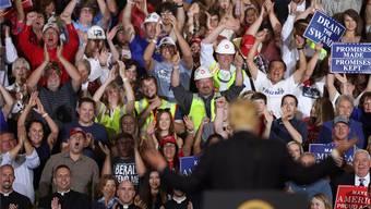 Donald Trump an einer seiner berüchtigten Wahlkampf-Veranstaltungen: Wer bekommt als sein künftiger Gegenspieler im nächsten Wahlkampf die Breitseiten des Präsidenten ab? JIM URQUHART/Keystone