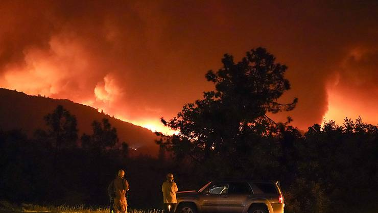 Das Creek-Feuer brennt entlang des Highway 168 in der Nähe von Alder Springs. Foto: Marcio Jose Sanchez/AP/dpa