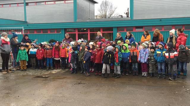 «Wüeschti Hüüser aberisse und di dickschte Muure schlisse»: Die Kinder haben für ihr neues Schulhaus passende Lieder einstudiert.