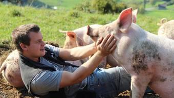 Bauer und Jäger Yannick Steffen will seine Schweine ein Stück weit in Richtung ihrer Urahnen, den Wildschweinen, zurückzüchten.