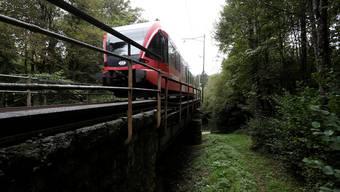 Die Solothurn-Moutier-Bahnquert das Geissloch-Viadukt.
