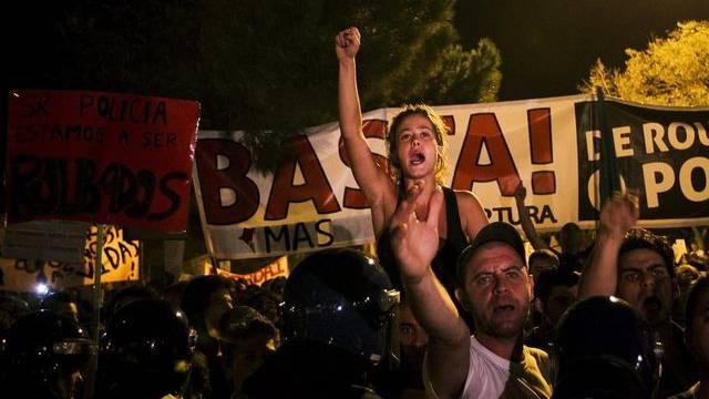 Erfolgreiche Proteste: Demonstranten und Polizisten in Lissabon
