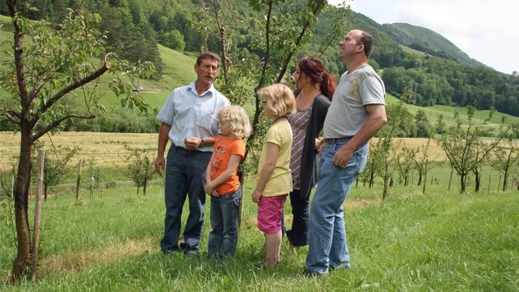 Kurt Vögtli, Svenja (6), Nadja (8), Georg Hofer und Barbara Balzli in der Aprikosenanlage auf dem Hof Hintere Säge in Ramiswil.