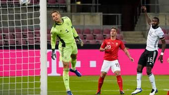 Da kann Weltklassegoalie Manuel Neuer (ganz links) nur noch zuschauen, wie sich Mario Gavranovics (Mitte) Kopfball ins Tor senkt.