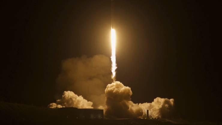 Eine SpaceX-Rakete startet von der Vandenberg-Luftwaffenbasis in Kalifornien. In einem Gewächshaus an Bord eines am Montag losgeflogenen Satelliten des Deutschen Zentrums für Luft- und Raumfahrt sollen Tomaten wachsen. (Foto: Matt Hartman via AP)