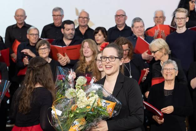 Die Chorleiterin freut sich über die gelungenen Auftritte