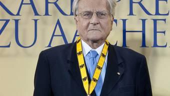 Jean-Claude Trichet trägt bei der Verleihung den Karlspreis an einer Schleife um den Hals