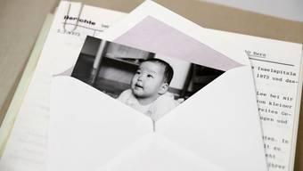 Ein Bild eines Kindes, das zur Adoption freigegeben wurde, aus dem Stadtarchiv Bern. Archive helfen ehemaligen Verdingkindern bei der Suche nach Unterlagen.