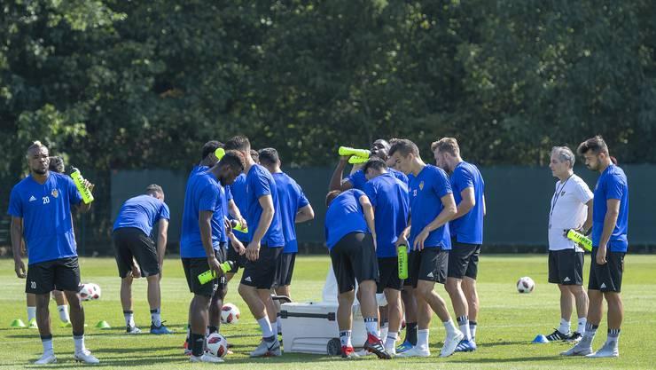 Effektive, intensive Trainingseinheiten auf dem Platz sind für Marcel Koller (2. v. r.) seit seinem Amtsantritt beim FCB im Moment Mangelware.