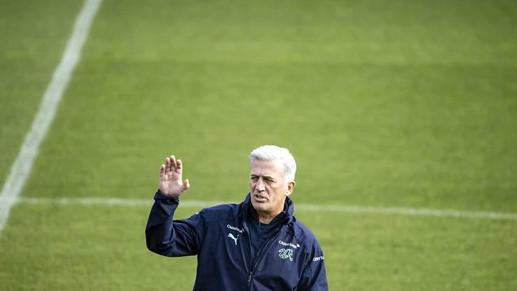 Der Schweizer Nationaltrainer Vladimir Petkovic gibt den Spielern im Training am Tag vor dem Spiel gegen die Ukraine Anweisungen
