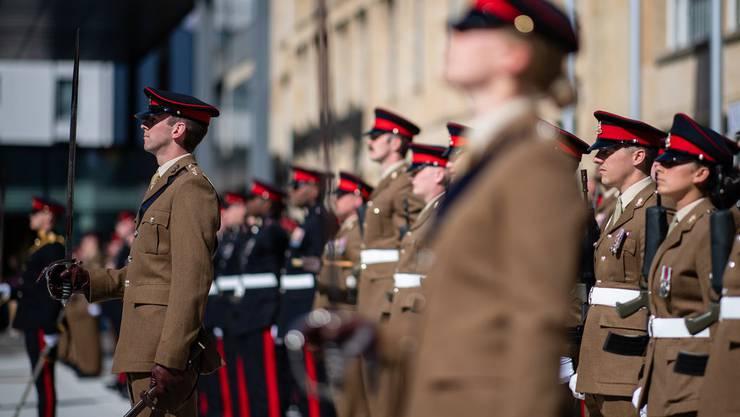 Und jetzt, wie geht es weiter? Mit dieser Frage sieht sich das westliche Verteidigungsbündnis NATO im Moment selber konfrontiert. Im Bild: britische Soldaten in Paradeformation auf einem Stützpunkt in Deutschland. (Quelle: Keystone)