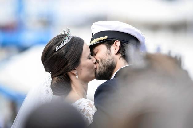 Inniger Kuss: der schwedische Prinz Carl Philip und die neue Prinzessin Sofia Hellqvist.