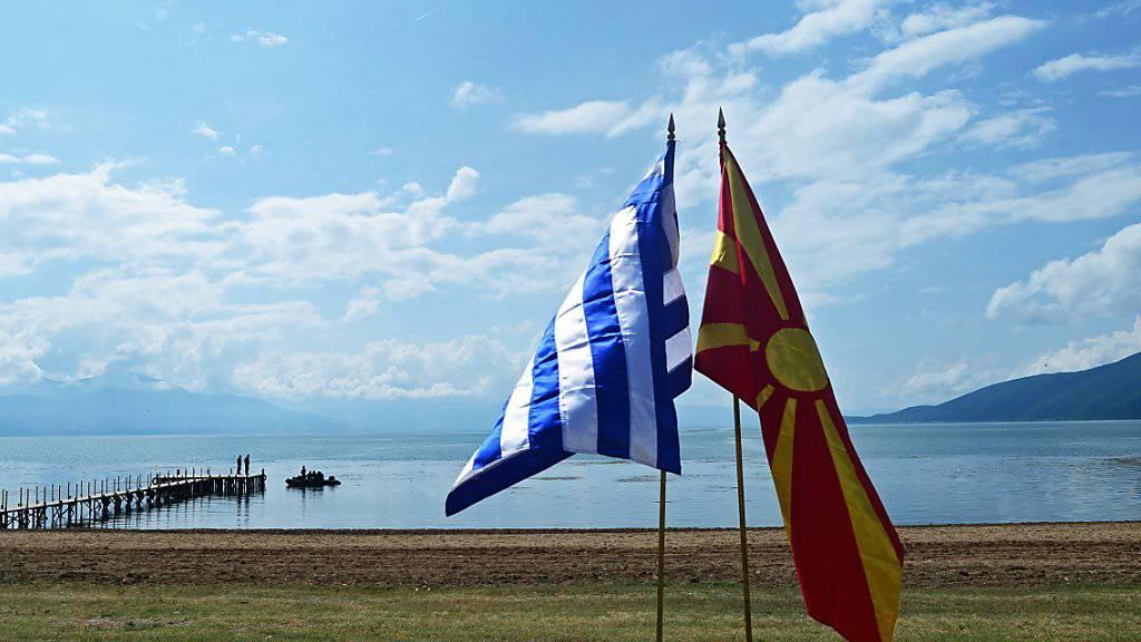 Die Flaggen Griechenlands und der Republik Nord-Mazedonien am Ufer des Prespasees, wo die Unterzeichnung einer Vereinbarung zum Namensstreit stattfand.