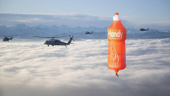 Die Fotomontage der Migros zeigt den Handy-Ballon mit US-Helikoptern