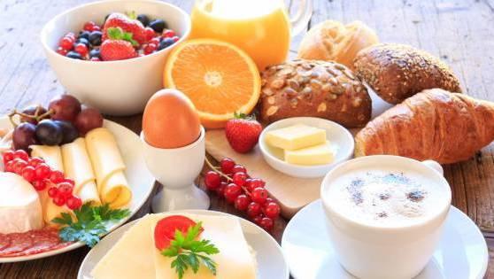Ein reichhaltiges Frühstück am Wochenende. (Symbolbild)