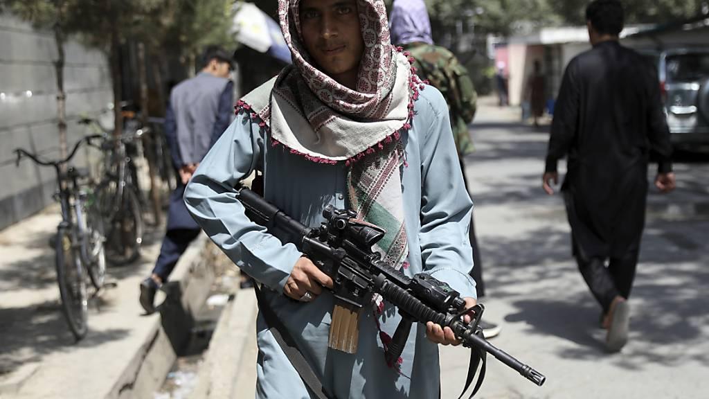 Ein Taliban-Kämpfer steht an einem Kontrollpunkt in Kabul. Nach Angaben des russischen Botschafters, Dmitri Schirnow, sind die Taliban zur Verhandlung mit ihren Gegnern in der letzten noch nicht eroberten afghanischen Provinz Pandschir bereit. Das teilte Schirnow im russischen Staatsfernsehen mit. Foto: Rahmat Gul/AP/dpa