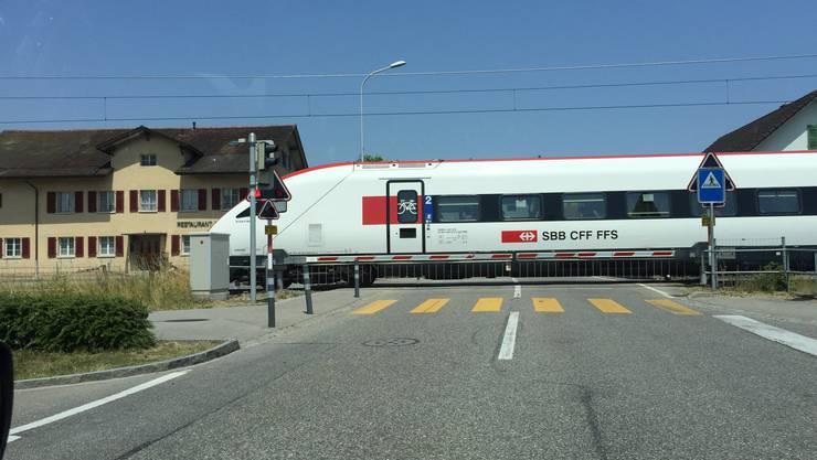 Zug der SBB steht auf dem Bahnübergang in Subingen still.