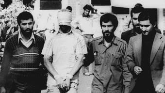 """Teheran 1979: """"Studenten"""" führen den Zuschauern vor der US-Botschaft eine der 52 ameikanischen Geiseln vor."""