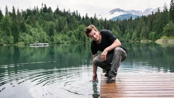 Der 41-jährige Bündner Autor Arno Camenisch am Crestasee bei Flims.