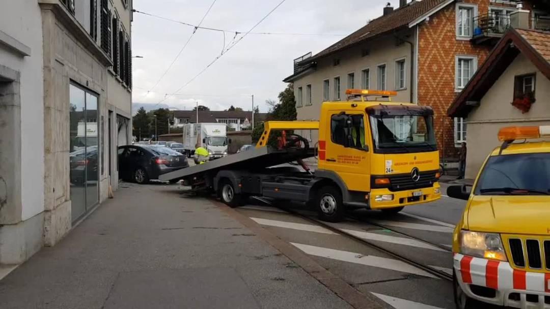 Unfall auf der Baselstrasse in Solothurn: Auto kracht in Schaufenster