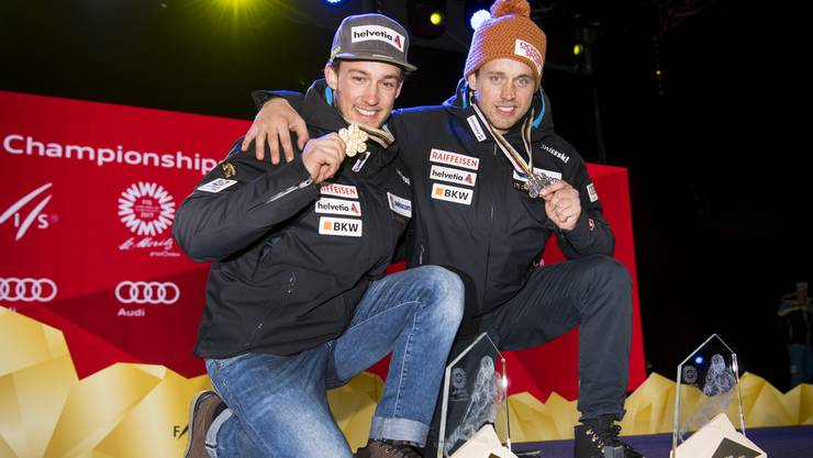 Schweizer Medaillengewinner an der Siegesfeier: Luca Aerni und Mauro Caviezel.