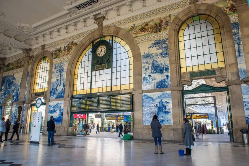 Die Empfangshalle des Bahnhofs Sao Bento in Porto braucht keine weiteren Worte (Bild:istock)