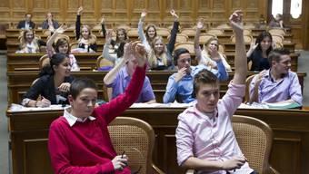 Die Jungen sind politisch engagierter und reden über dieselben Themen wie die Erwachsenen.
