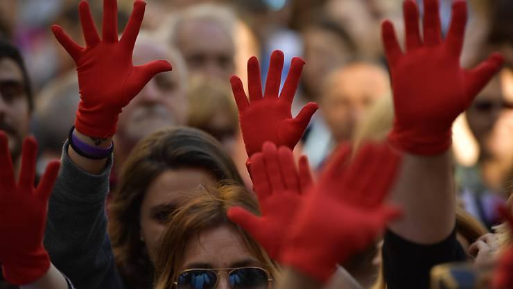 Frauen protestieren in Pamplona mit roten Handschuhen gegen die Freilassung der mutmasslichen Vergewaltiger.