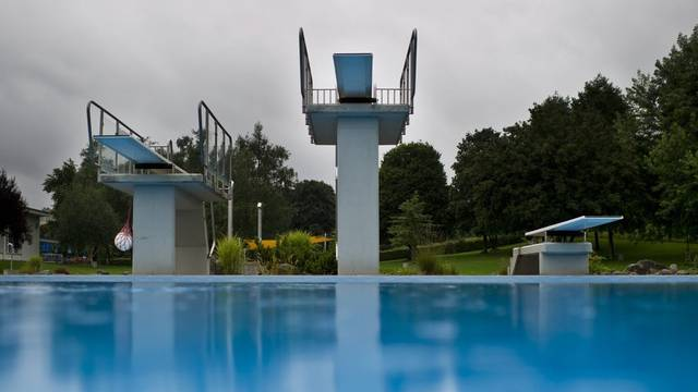 Das nasskalte Wetter lädt nicht zum Baden ein: Trotz Sommerferien ist die Badi in Wittenbach leer