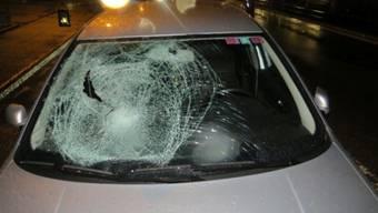 Die geborstene Frontscheibe eines Personenwagens nach einem Unfall mit einer Fussgängerin. Gerade bei der früher einbrechenden Dunkelheit steigt das Unfallrisiko für die schwächsten Verkehrsteilnehmenden stark an.