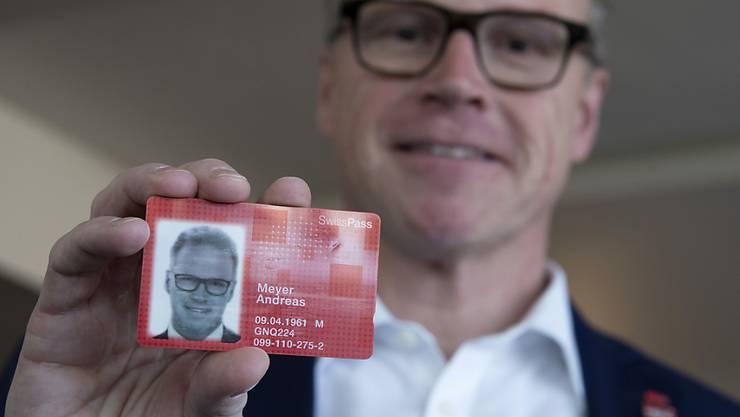 SBB-Chef Andreas Meyer zeigt seinen SwissPass. ÖV-Unternehmen gewähren ihren Angestellten laut Medienbericht jährlich kostenlose oder vergünstigte Generalabonnemente im Wert von 380 Millionen Franken. (Archivbild)