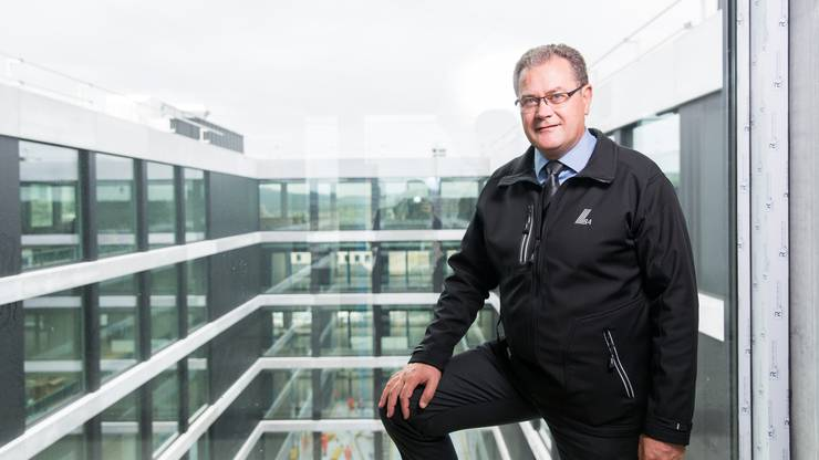 IBAarau-CEO Hans-Kaspar Scherrer vor dem Innenhof des neuen Bürogebäudes an der Industriestrasse in Buchs.
