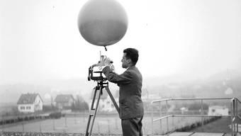 In Dübendorf misst ein Meteorologe mit einem Ballon Windstärke und Windrichtung.Swissair Photo AG/Bildarchiv ETH-Bibliothek