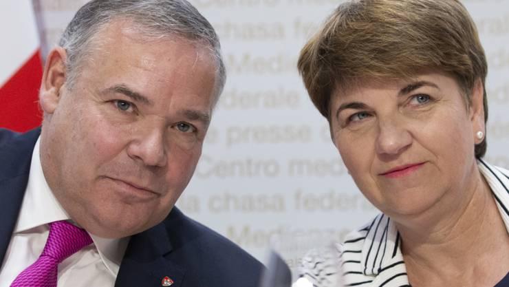 Verteidigungsministerin Viola Amherd und Nachrichtendienstchef Jean-Philippe Gaudin warnen vor gewaltbereiten Rechts- und Linksextremen. Der Nachrichtendienst möchte mehr Möglichkeiten, um diese zu überwachen.