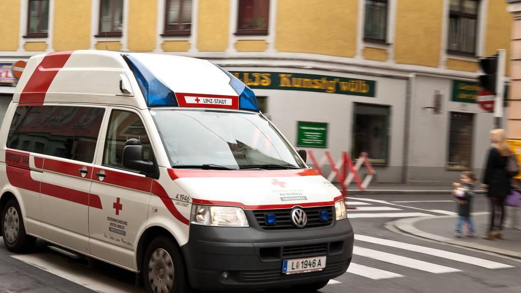 Jede Hilfe kam zu spät - eine Frau in Vorarlberg starb, als ihr das Handy ins Badewasser fiel. (Symbolbild)