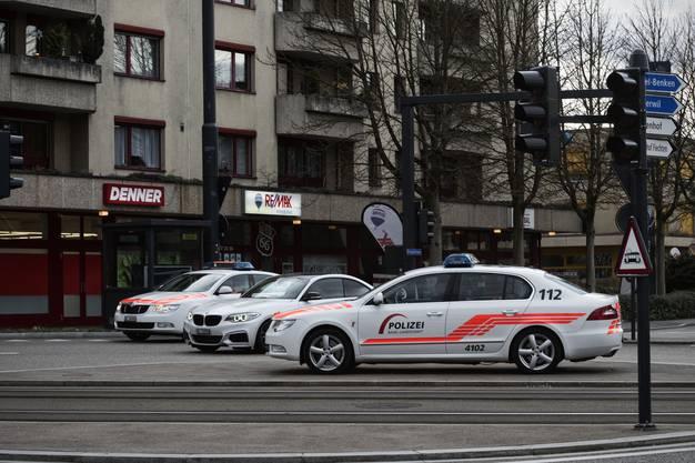 Die Polizei markiert sichtbar Präsenz in Reinach - so ist über Stunden ein Polizeiauto mitten auf dem Kreisel zwischen Haupt- und Bruggstrasse postiert. Etliche weitere Fahrzeuge patrouillieren.