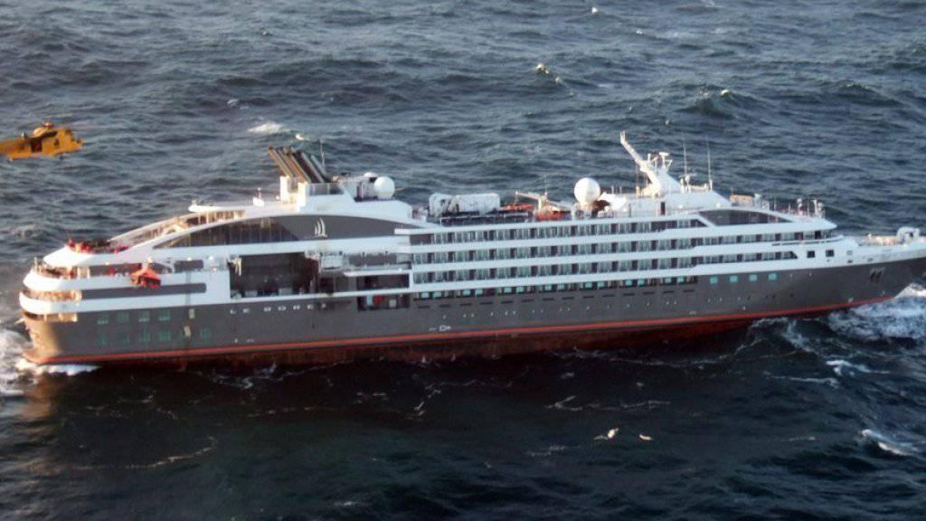 Ein Helikopter holt Passagiere vom Kreuzfahrtschiff «Le Boréal».