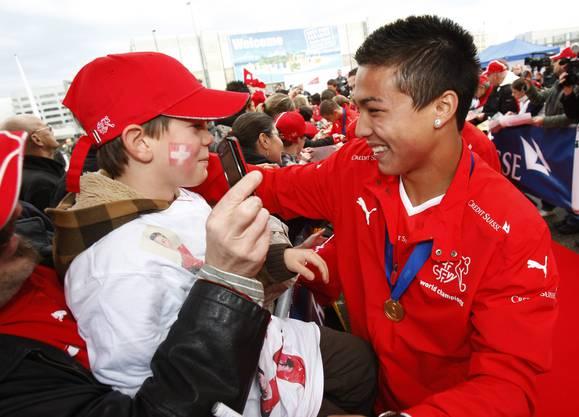 Charyl Chappuis und Co. werden nach dem WM-Titel 2009 mit dem U17-Nationalteam am Flughafen von zahlreichen Fans empfangen.