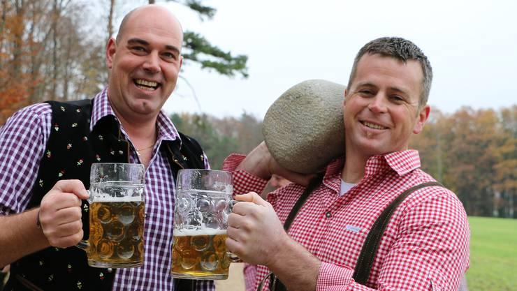 In Herznach angestossen: Festwirtschaft-Chef Rolf Emmenegger (links) und OK-Präsident Simon Hunziker setzen alles daran, dass die Schweizer Meisterschaft 2015 im Steinstossen ein Erfolg wird. gr