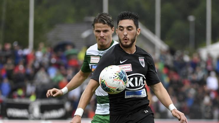 Petar Misic (r.) schnappt sich den Ball, Jan Elvedi (l.) hat das Nachsehen.