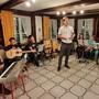 Michael Ess von der Kultur- und Jugendkommission eröffnet im «Kreuz» die Kulturnacht, kurz bevor das Schüler Ensemble der Primarschule Subingen spielte.