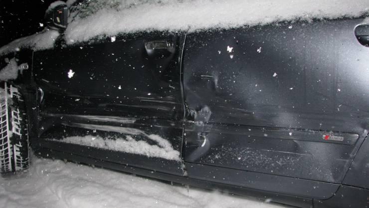 Eines der beschädigten Autos.