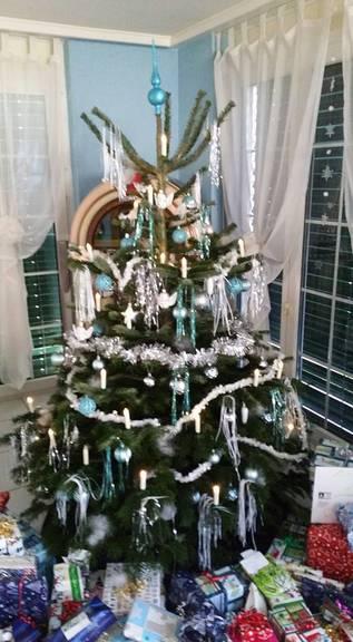 Der Christbaum von Tanja, viel Schmuck und viele Geschenke.