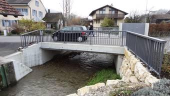 Die neue Gassenbachbrücke ist ein Bauwerk, das sich gut ins Dorfbild von Zuzgen einfügt. - Foto: chr
