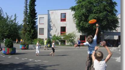 Spielende Kinder vor dem Schulhaus Weihermatt