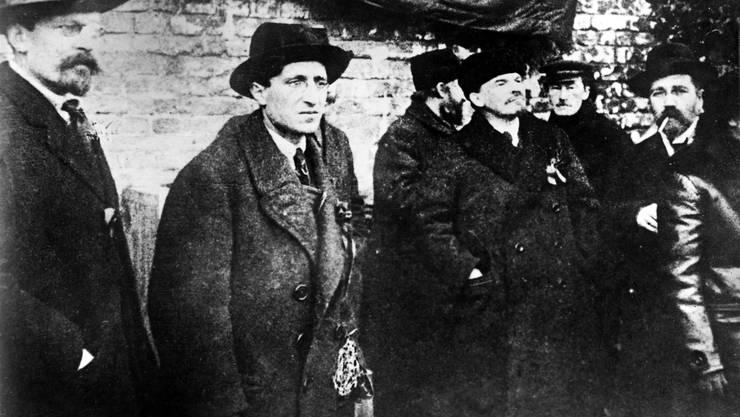 Lenin, eigentlich Wladimir Iljitsch Uljanow, Mitte rechts, zusammen mit Mitgliedern der neu gebildeten bolschewistischen Regierung, authentische Aufnahme unmittelbar nach der Oktoberrevolution und der Machtuebernahme