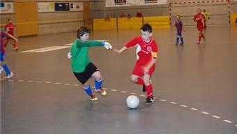 Packende Szenen wie hier im E-Junioren-Match zwischen Dietikon (in Rot) und Engstringen waren am Bolliger-Cup keine Seltenheit.